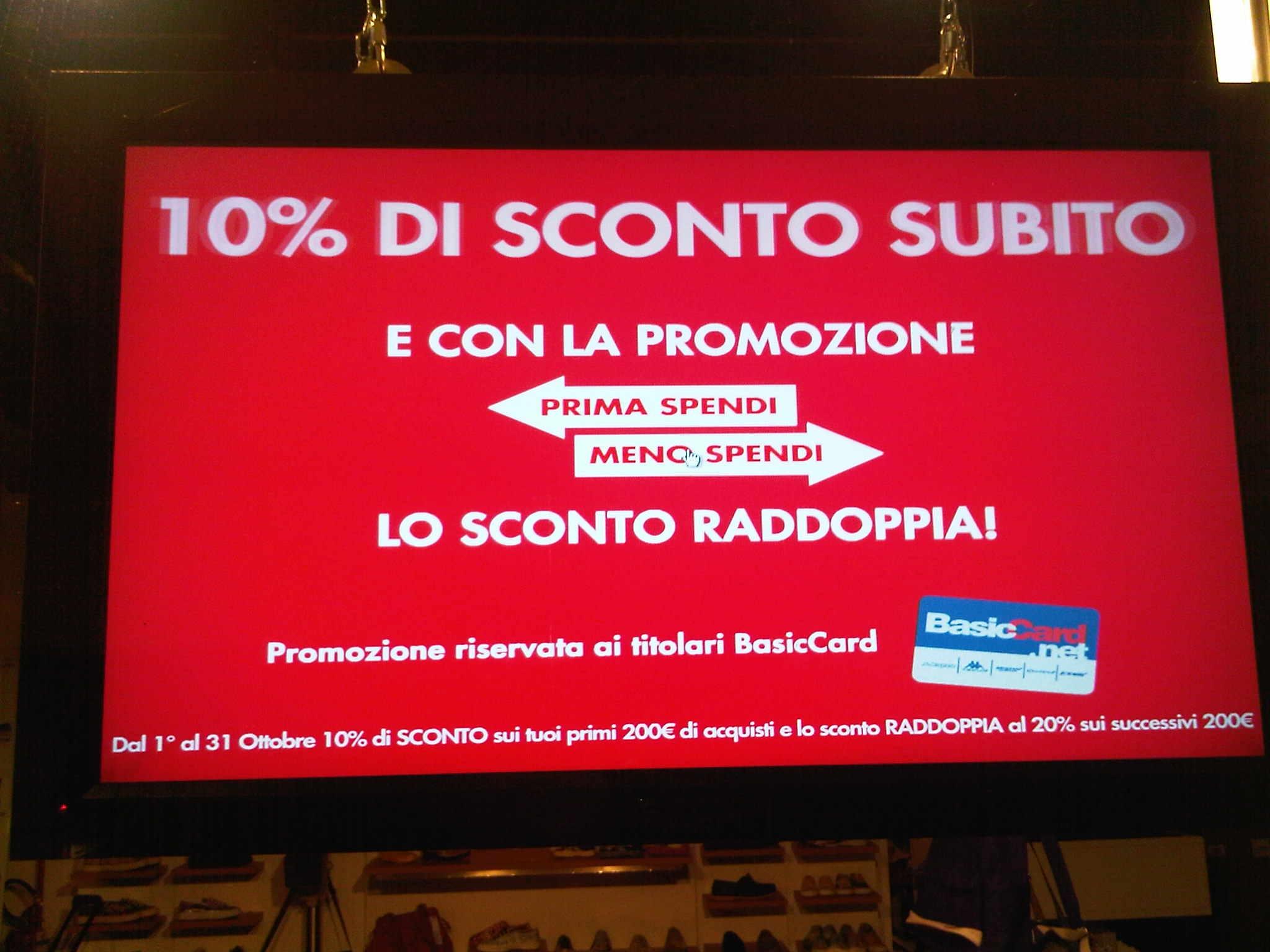 Italia, negozio di scarpe con monitor in vetrina