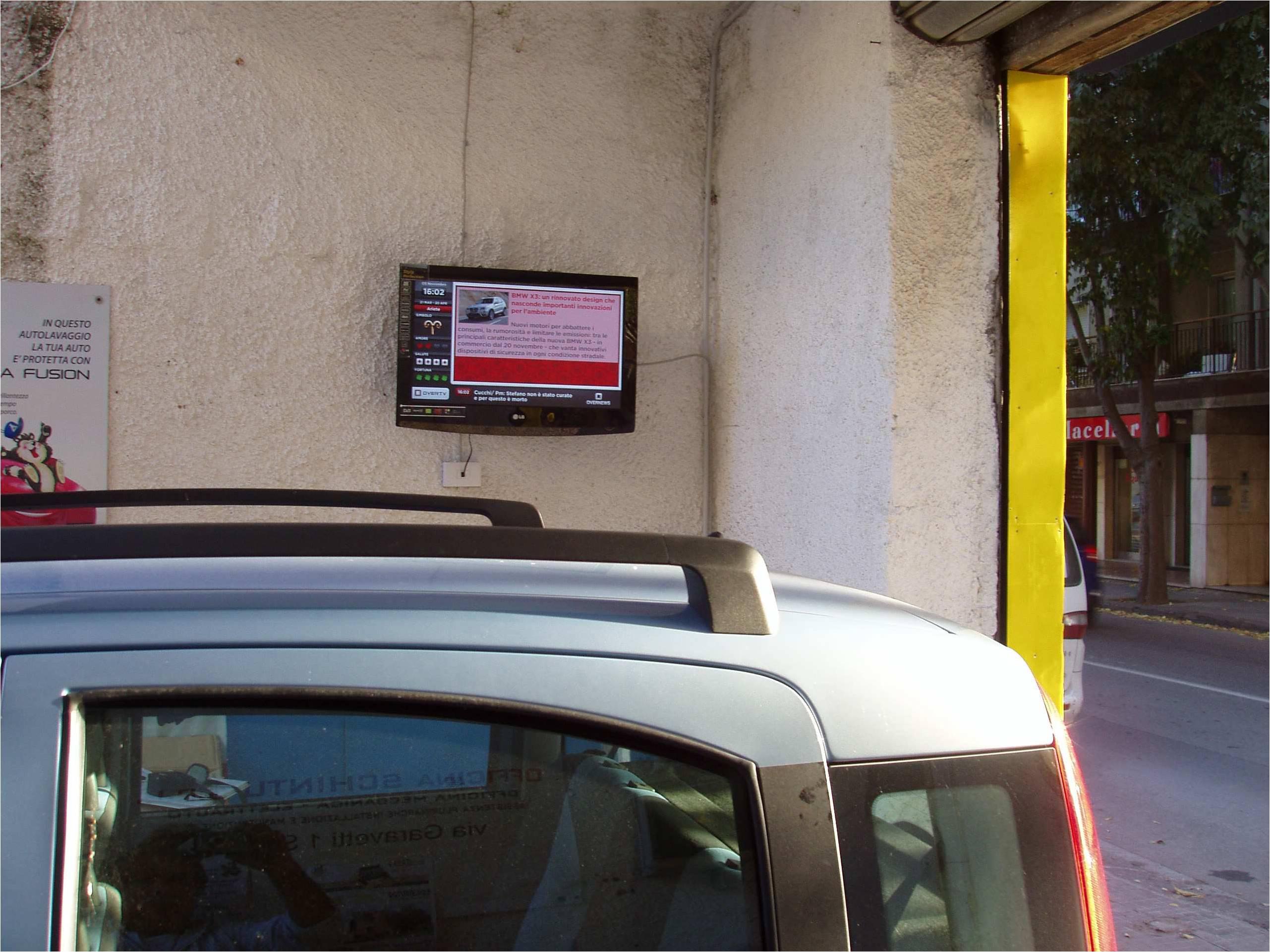Italia: autolavaggio con monitor OverTv