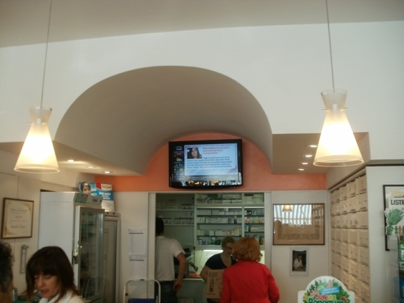 Monitor OverTv all'interno di una farmacia a Fermignano