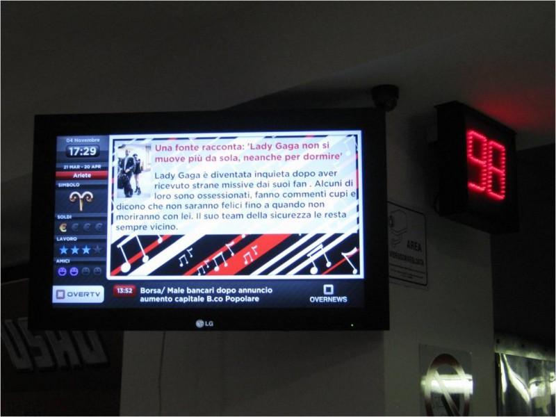 Italia: monitor OverTv in un negozio di Gavirate