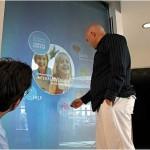 Un'altra tipica applicazione della tecnologia gesture recognition è nelle vetrine, dove i consumatori possono utilizzare dall'esterno del pdv un menù interattivo.