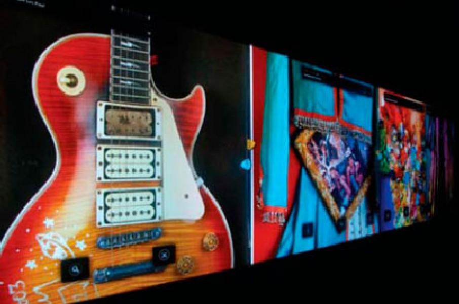All'Hard Rock Cafe di Las Vegas interagisci con i cimeli del rock grazie al muro interattivo