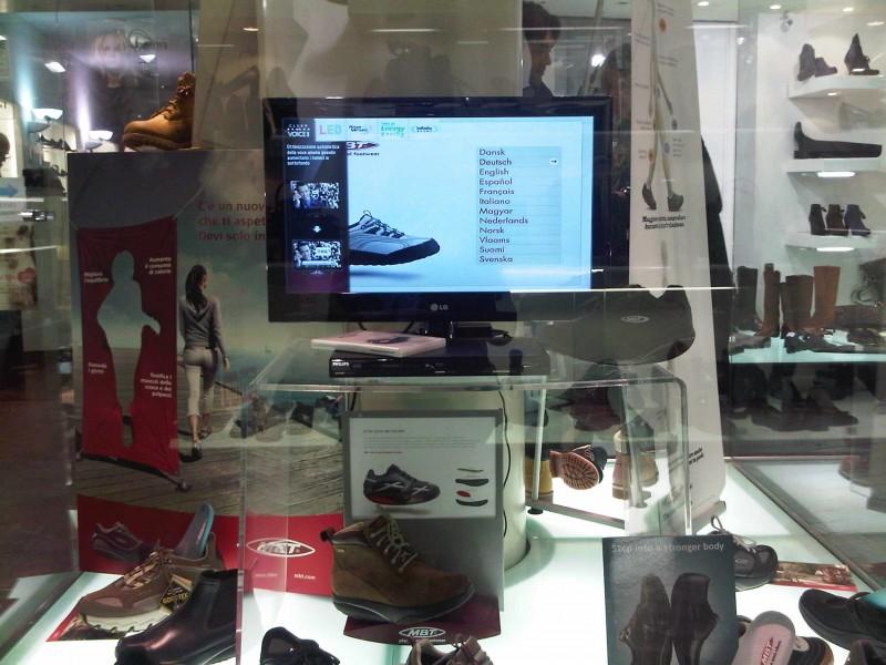 Italia: negozio di scarpe con monitor in vetrina
