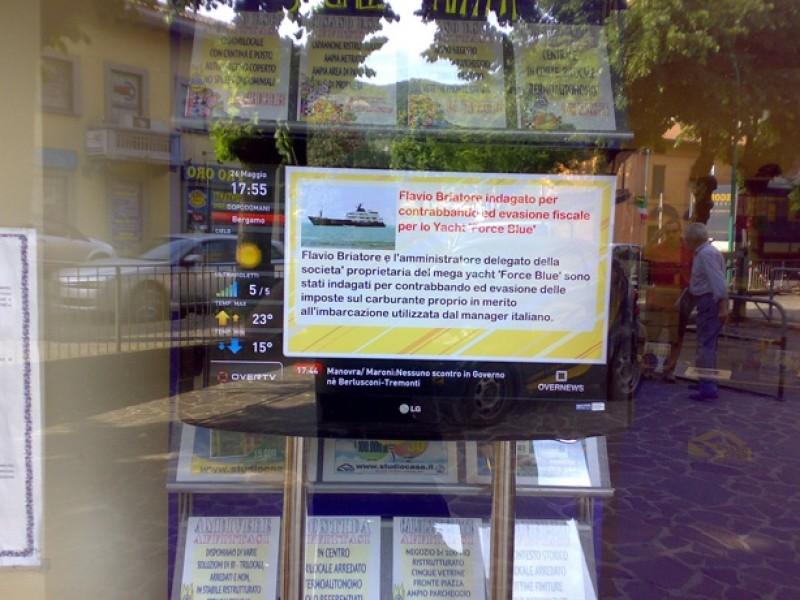 Italia: agenzia immobiliare con monitor OverTv in vetrina