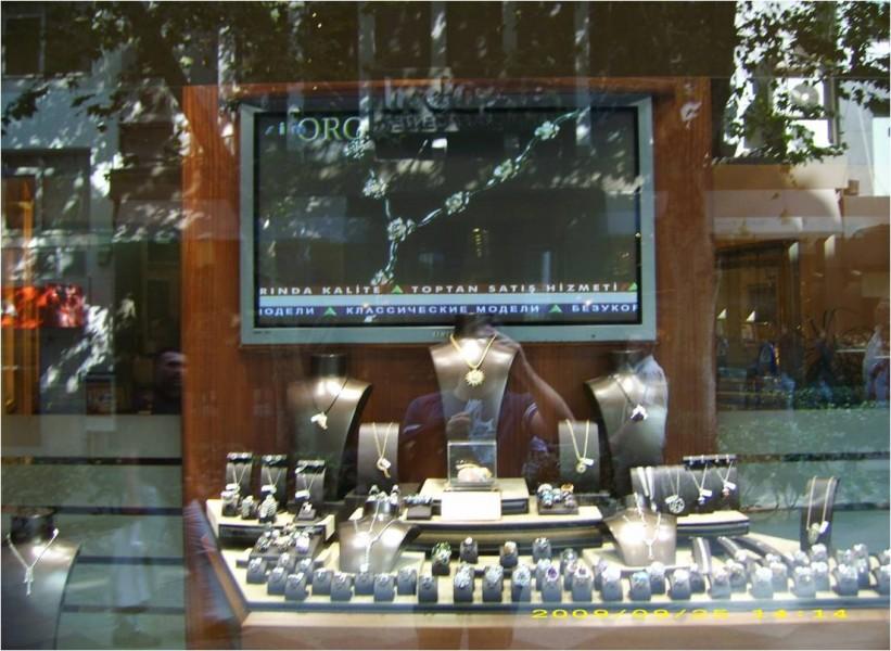 Turchia: gioielleria con monitor in vetrina