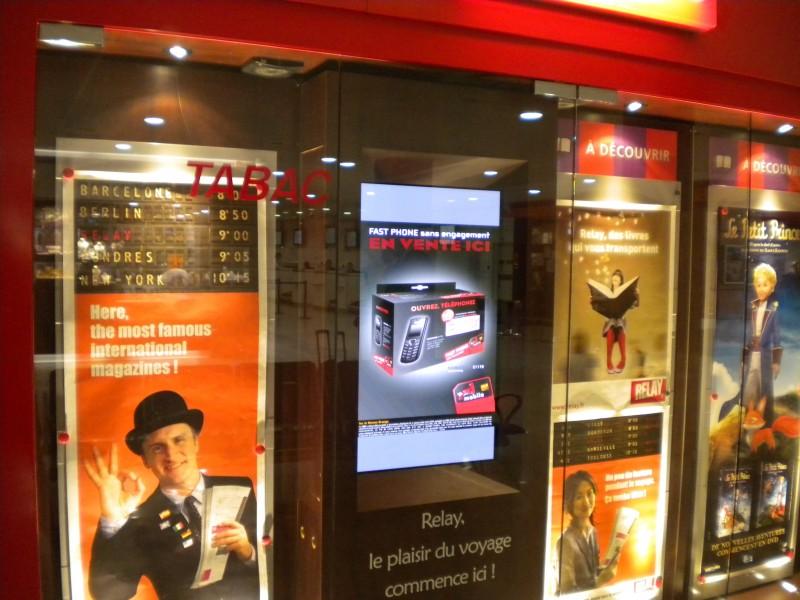 Francia: Monitor in vetrina per l'edicola RELAY all'aeroporto di Nizza
