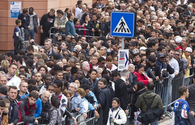 """Apre un nuovo Trony, Promozioni"""" mandano Roma nord nel caos. Oltre 8.000 persone in fila, molti  fin dalle 5 del mattino, alcuni  addirittura chi, con tanto di sacco a pelo!"""