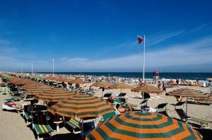 Spiaggia di Rimini nella stagione estiva.