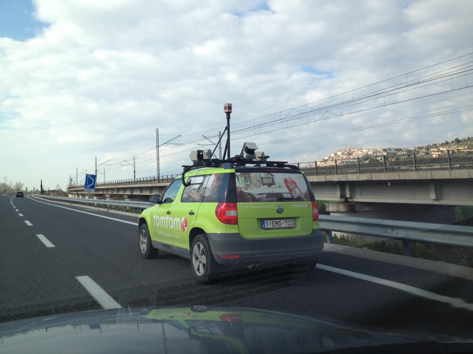 TomTom Street View, avvistato furgoncino a Trevi: in arrivo un servizio in stile Google Maps?