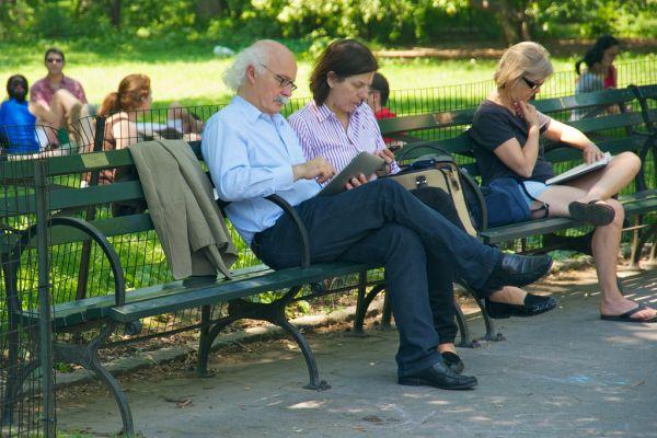 """Social network, ecco come """"socializzano"""" le diverse generazioni"""